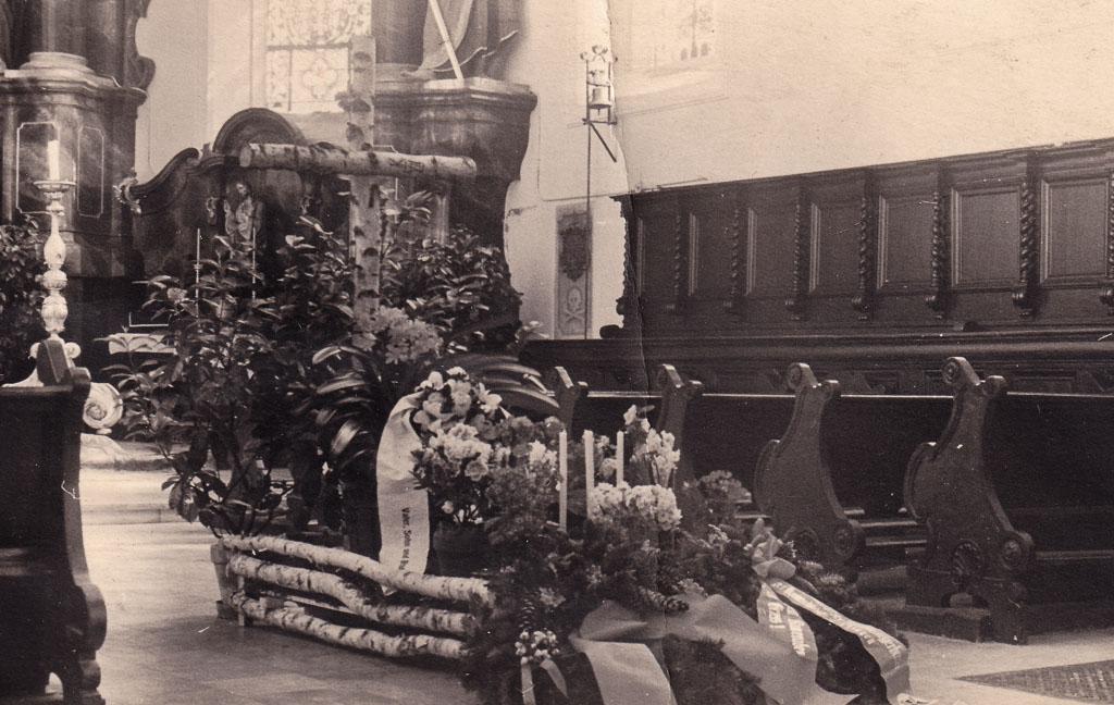 Tumba eines Kriegsgefallenen in der Pfarrkirche, ca. 1943