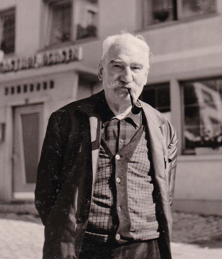 Josef Mäder vor dem Gasthaus »Ochsen«, ca. 1970