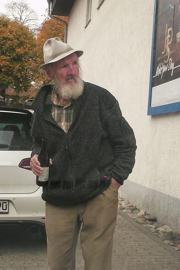 Albert Ergele beim Supermarkt »Treff«, 2017