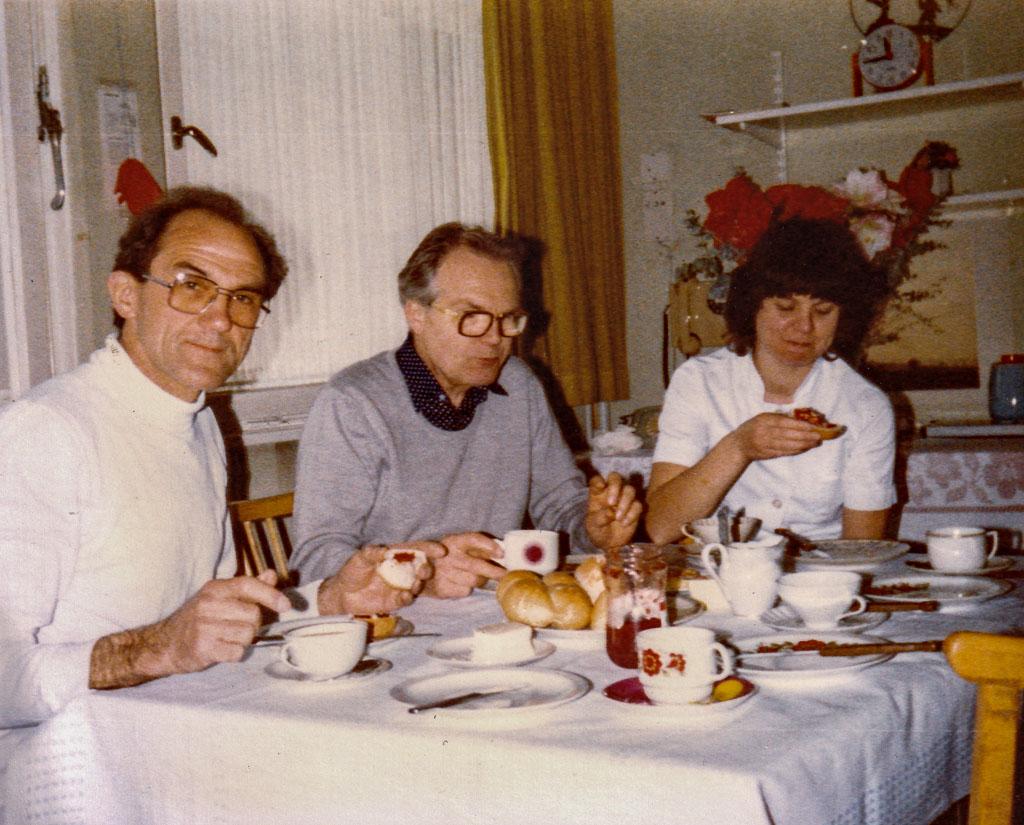 Chefarzt Dr. Gothe beim Frühstück mit Mitarbeitern, ca. 1975-1980