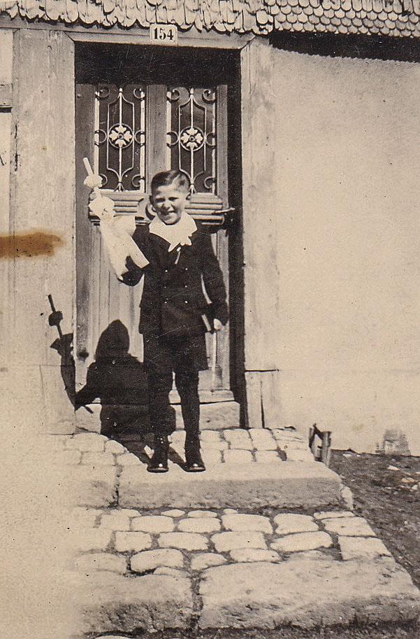 Kommunionkind Johann Glunk vor der Haustür, 1942