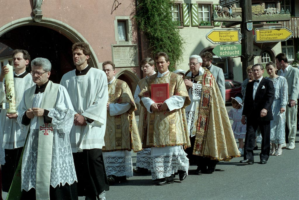 8 Fotos: Prozession bei der Primiz von Stephan Burger, 27. Mai 1990
