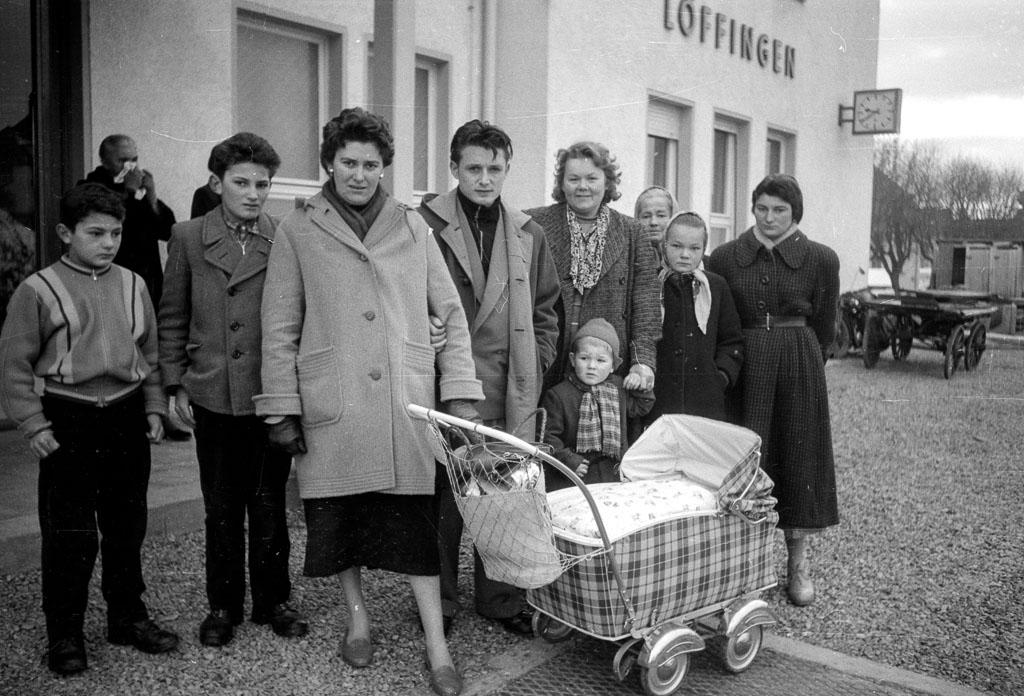 2 Fotos: Familie Sibold am Bahnhof, 1958