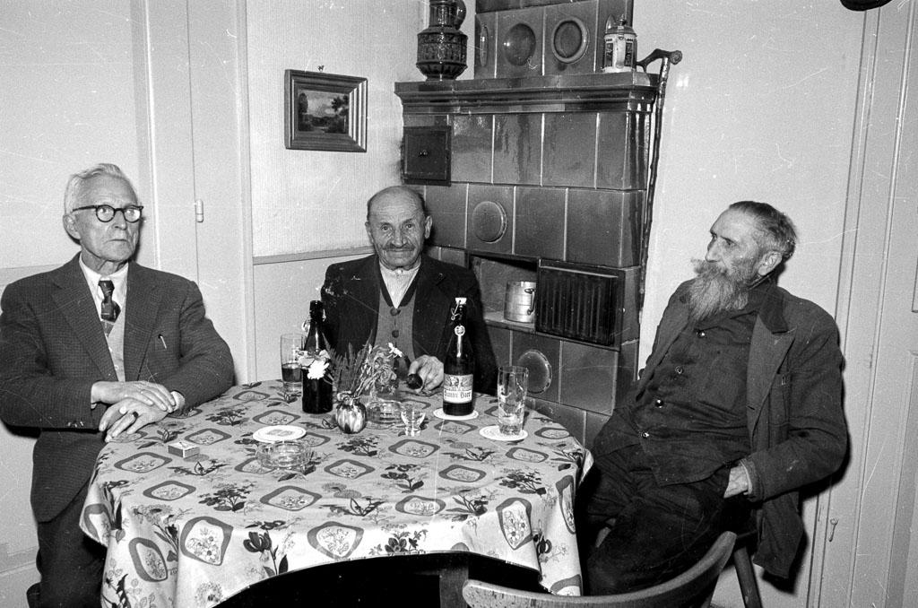 Drei Männer am Kachelofen, 1958